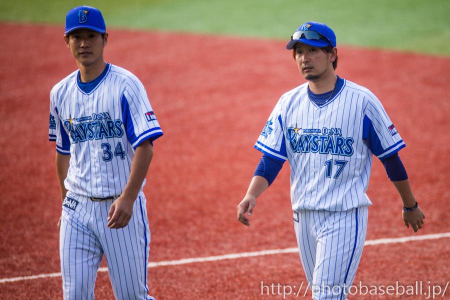 サインボールを投げる平田真吾と三嶋一輝