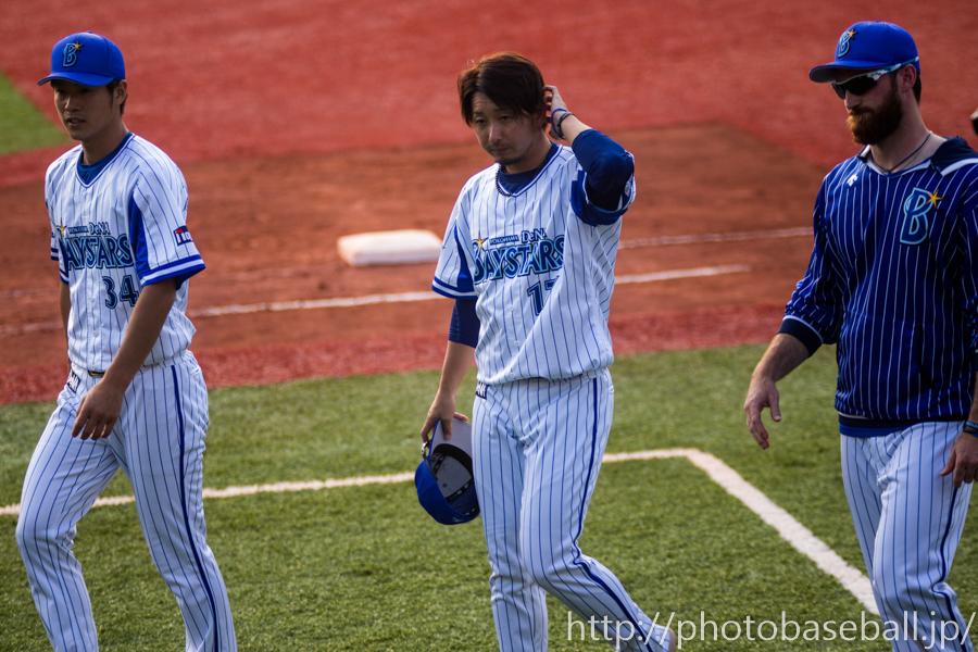 サインボールを投げる平田真吾と三嶋一輝とスペンサーパットン