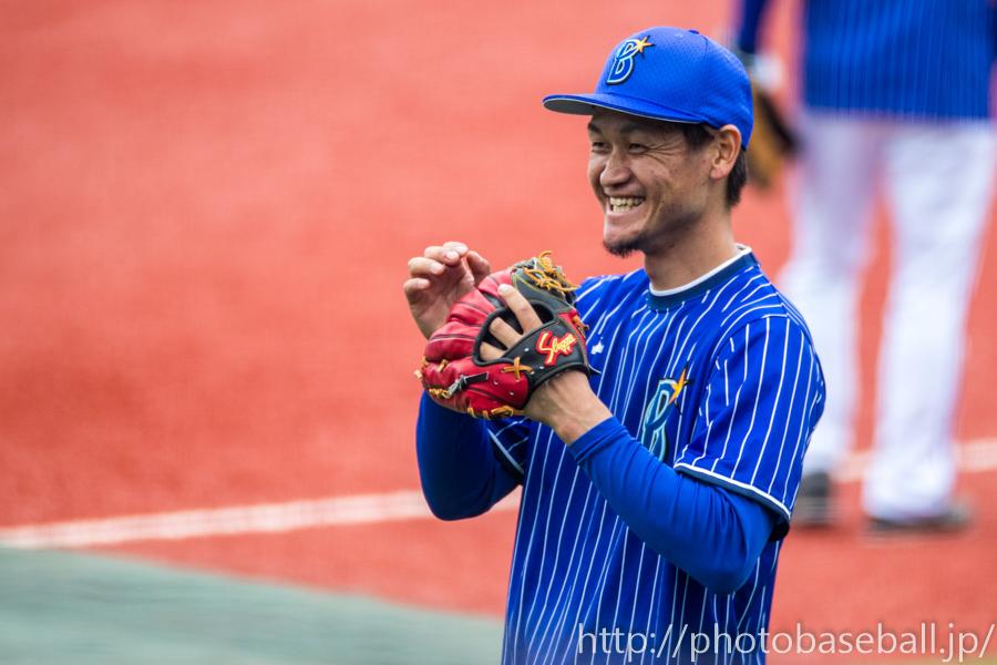 笑顔でキャッチボールをする前田大和