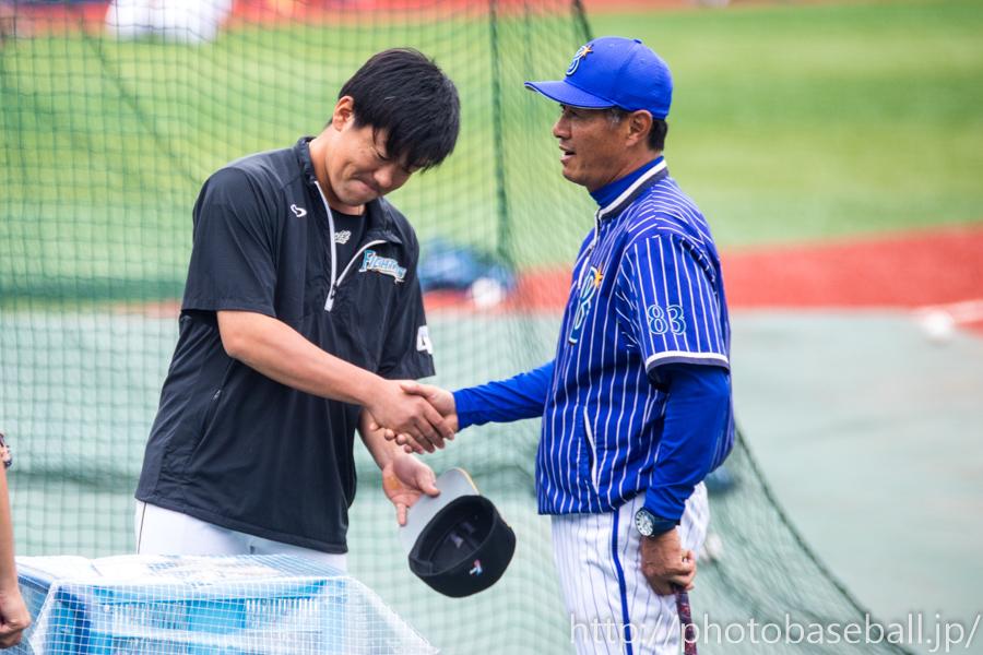 青山道雄と握手する黒羽根利規