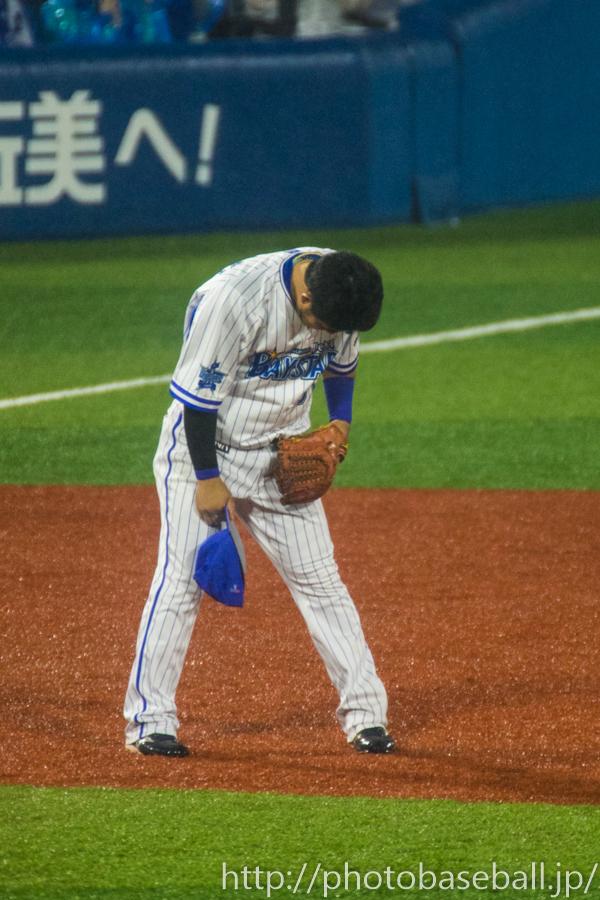 ホームランを打ちファンの声援に応える宮崎敏郎