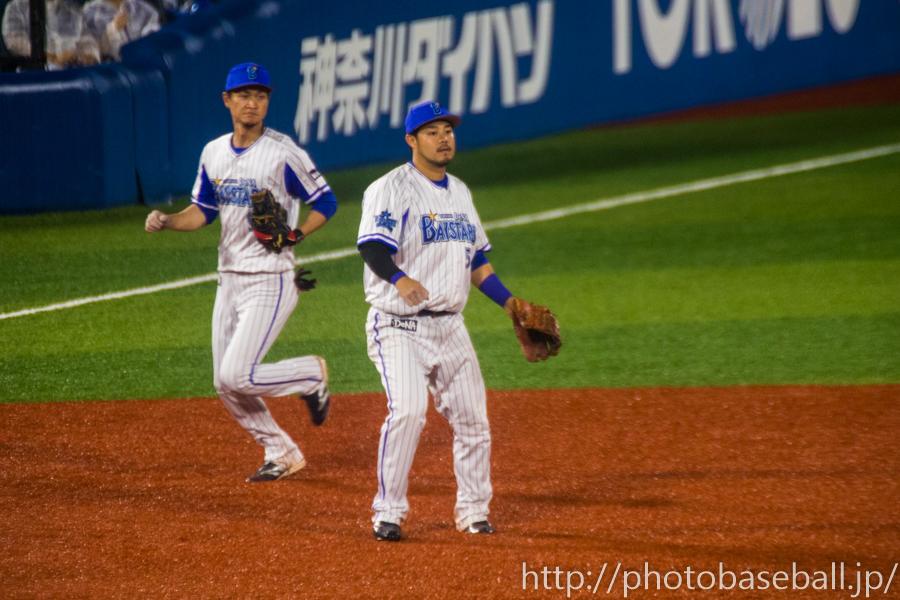 サードを守る宮崎敏郎とバックアップする前田大和