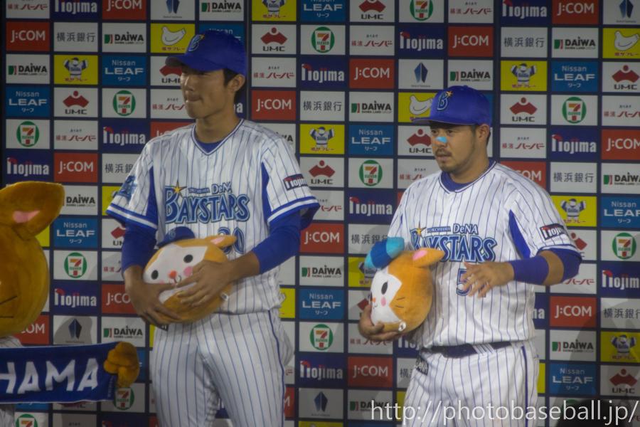 ハマスタ初勝利の飯塚悟史と宮崎敏郎のヒーローインタビュー