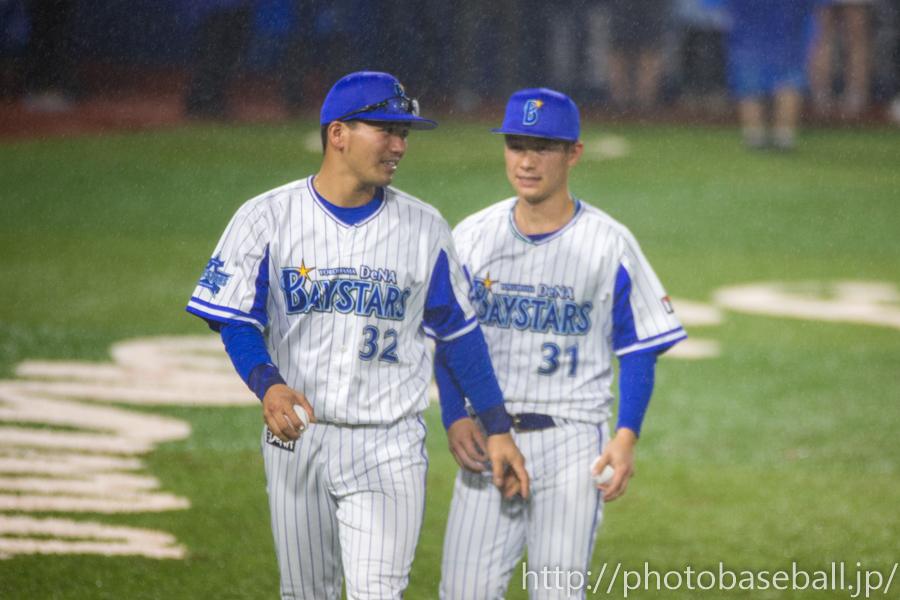 サインボールを投げる髙城俊人と柴田竜拓