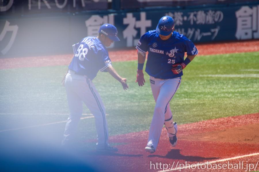 ホームランを打ち三塁コーチャーの永池恭男とハイタッチする筒香嘉智
