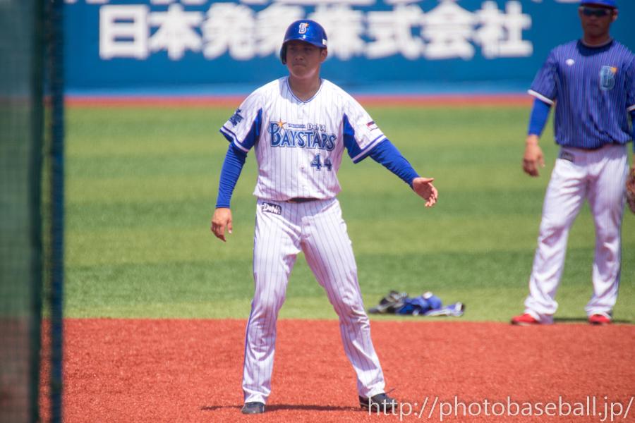 走塁練習をする佐野恵太