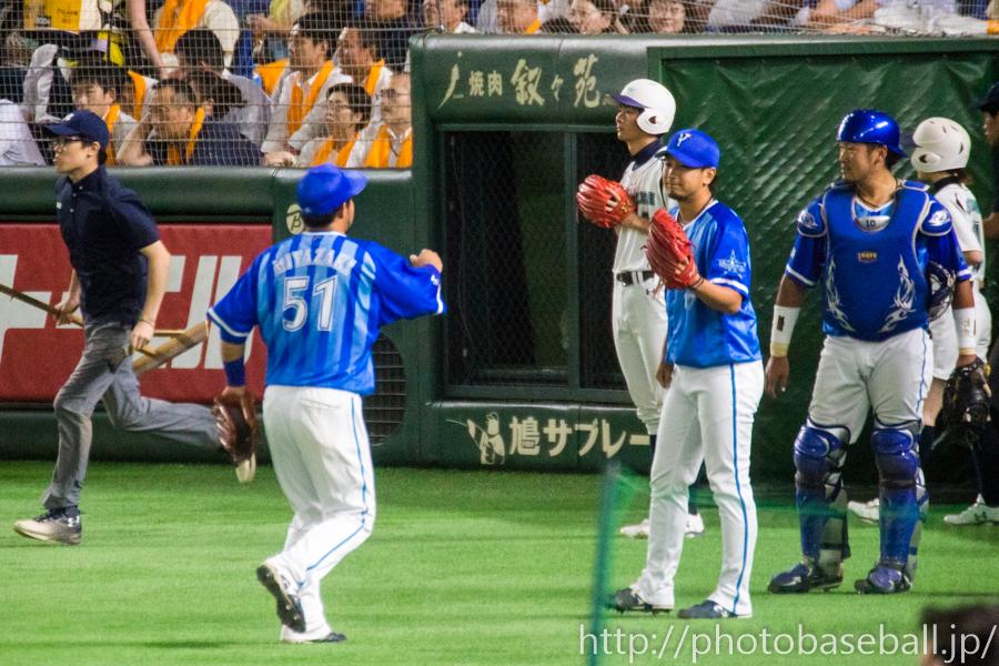 ハイタッチをする宮崎敏郎と三嶋一輝