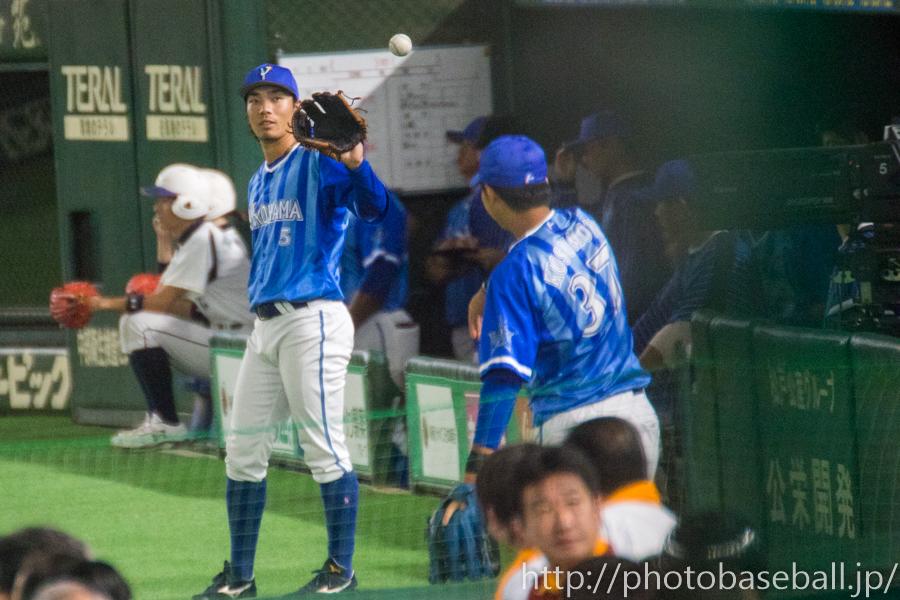 キャッチボールをする倉本寿彦と楠本泰史