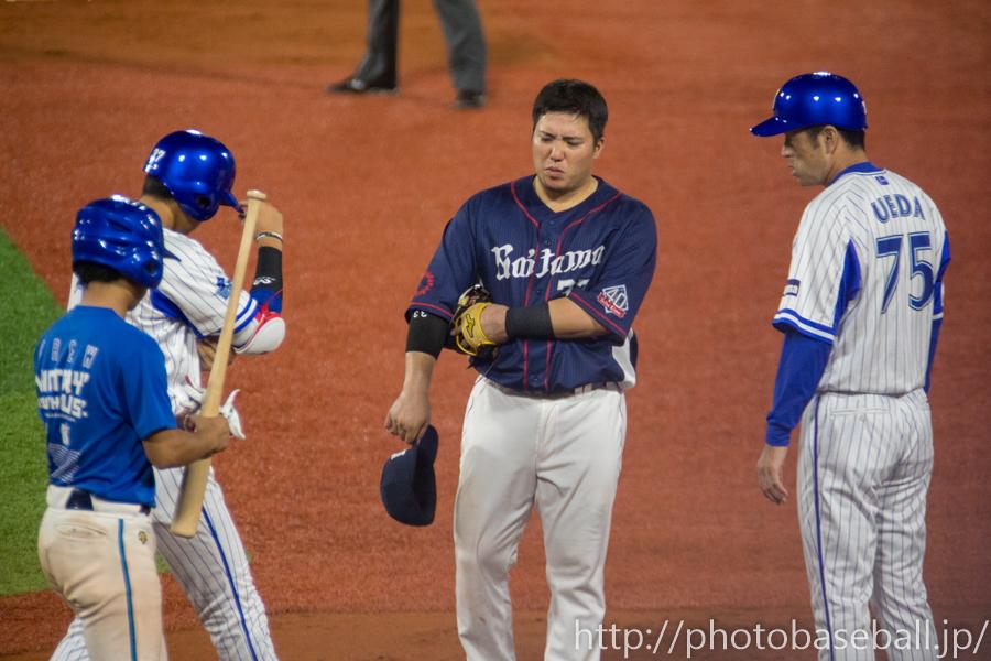 死球で出塁する楠本泰史と謝る山川穂高