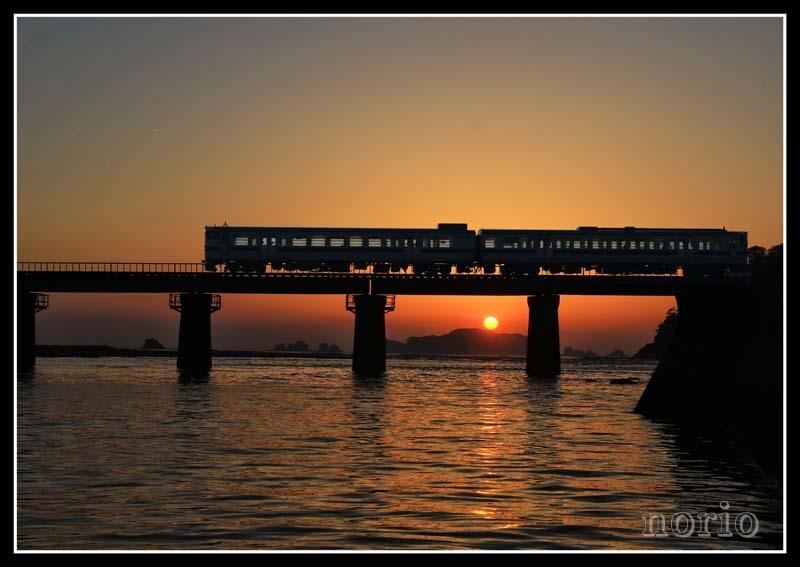 日の出と列車