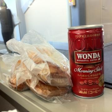 ワンダ赤缶とパン