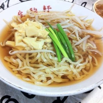 この太い縮れ麺と透き通ったスープ