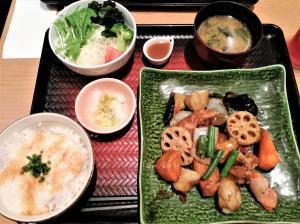 鶏と野菜の黒酢あん定食(大戸屋)