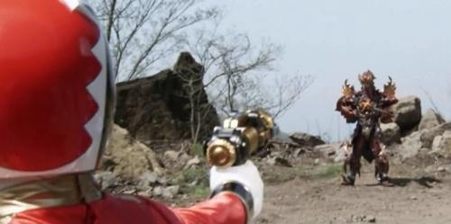 戦隊ヒーロー、ゴセイレッドのがやられて苦戦