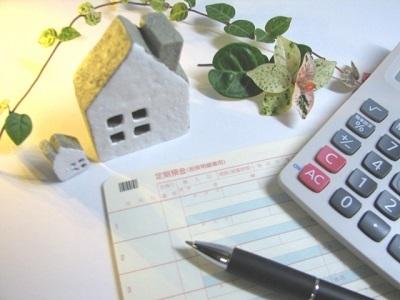 通帳と電卓と家