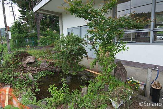 JR九州・肥薩線、霧島温泉駅構内の池のある庭園