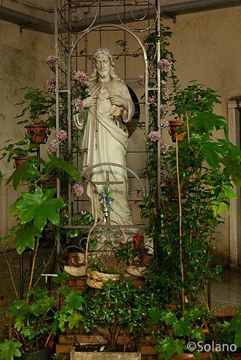 ローマメトロB線・ピラミデ駅構内教会のイエス・キリスト像