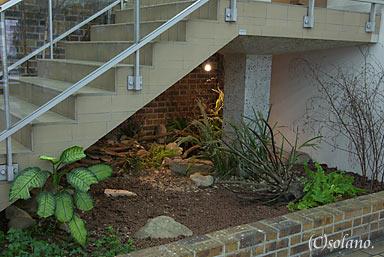 ある駅の駅舎内の池庭跡