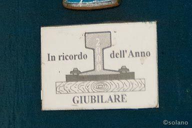 ローマメトロB線・ピラミデ駅内教会扉の貼紙