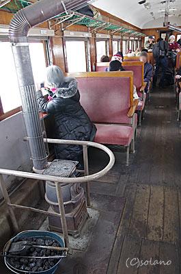 津軽鉄道ストーブ列車、レトロな客車とストーブ