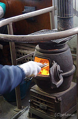 津軽鉄道ストーブ列車、ストーブの火をおこす乗務員さん