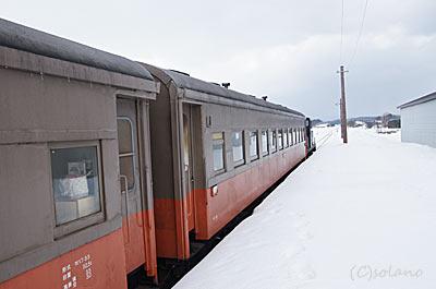津軽鉄道、大沢内駅に停車したストーブ列車