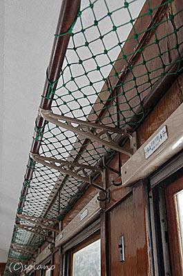 津軽鉄道ストーブ列車、オハフ33の網棚