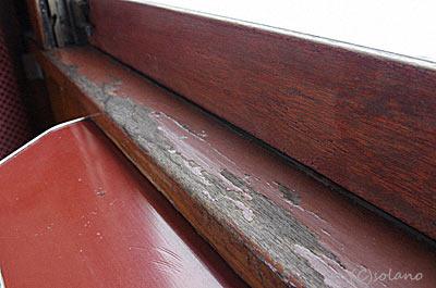 津軽鉄道ストーブ列車・オハフ33、木の窓枠