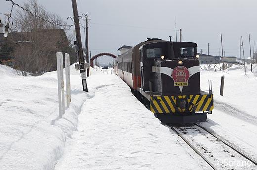 津軽飯詰駅に入線する津軽鉄道ストーブ列車