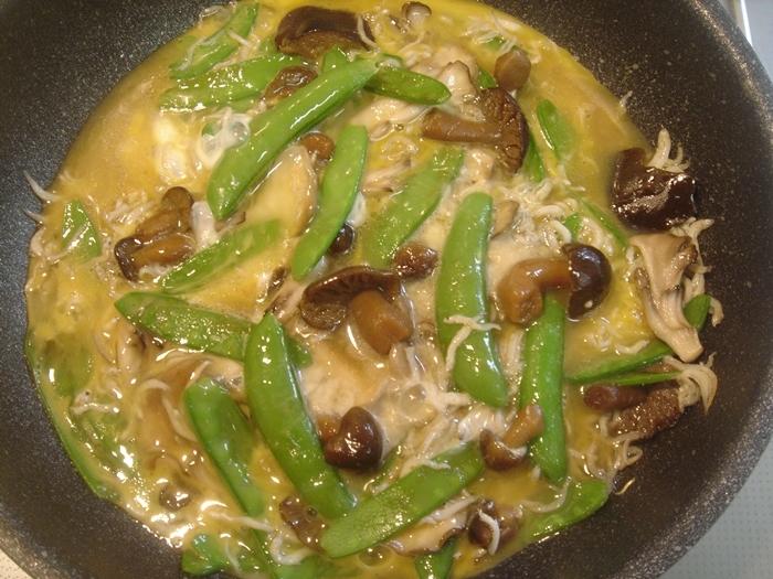 きぬさや・スナップエンドウ・舞茸・黄シメジと釜上げシラスの卵とじ丼