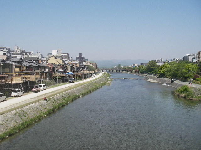 四条大橋から鴨川を見る201806