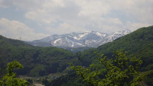 湯沢秋葉山から苗場山を見る