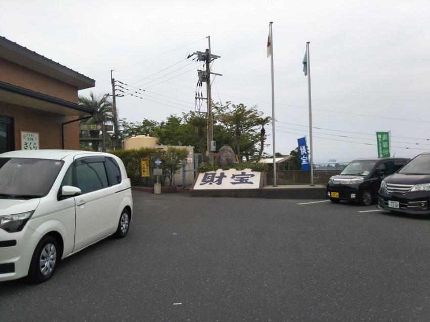 駐車場とエントランス