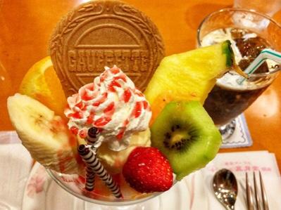 東京風月堂の喫茶スイーツ「銘菓入りフルーツパフェ」