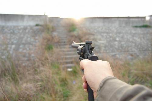 片手撃ちではかなり命中精度は落ちるのは、実銃と同じ