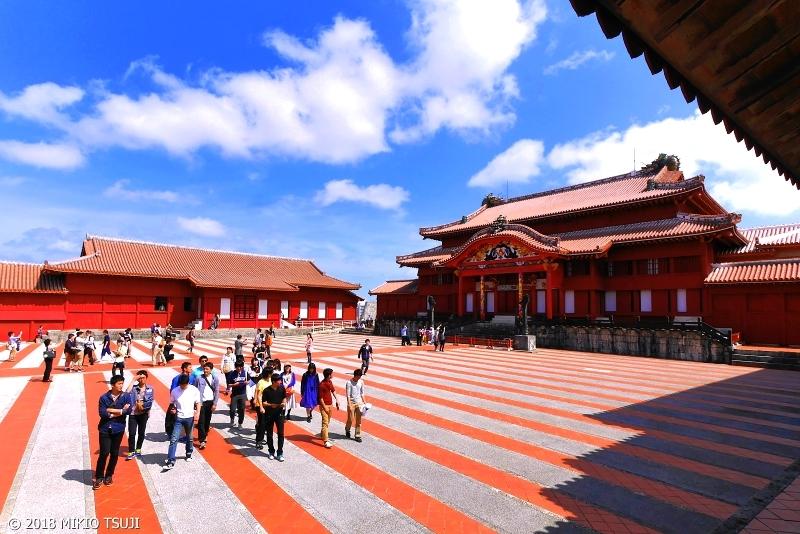 絶景探しの旅 - 0571 琉球の風 青い空に映える赤のストライプ (首里城/沖縄県 那覇市)