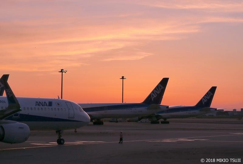 絶景探しの旅 - 0614 マジックアワーに包まれる羽田空港 第2ターミナル (東京都 大田区)