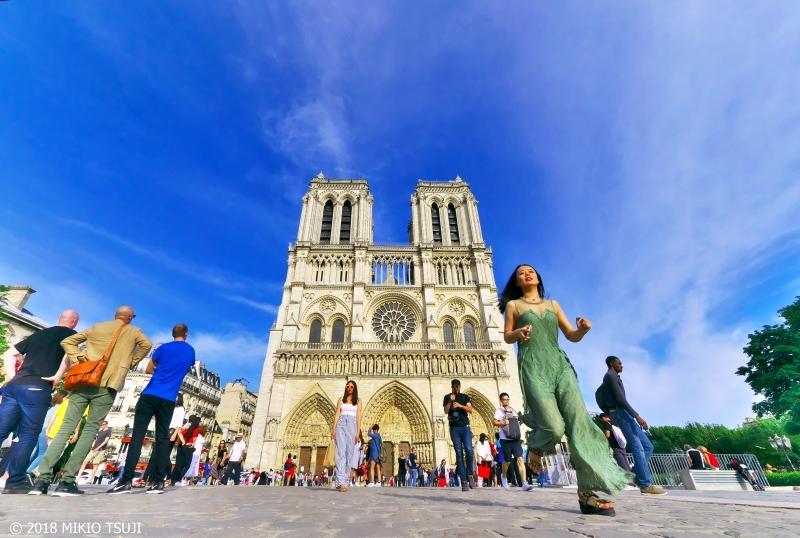 絶景探しの旅 - 0627 ノートるダムを駆ける少女 (ノートルダム寺院/フランス パリ)