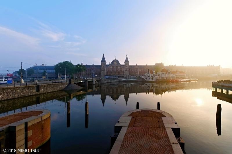 絶景探しの旅 - 0634 朝日が眩しいアムステルダム中央駅 (オランダ)