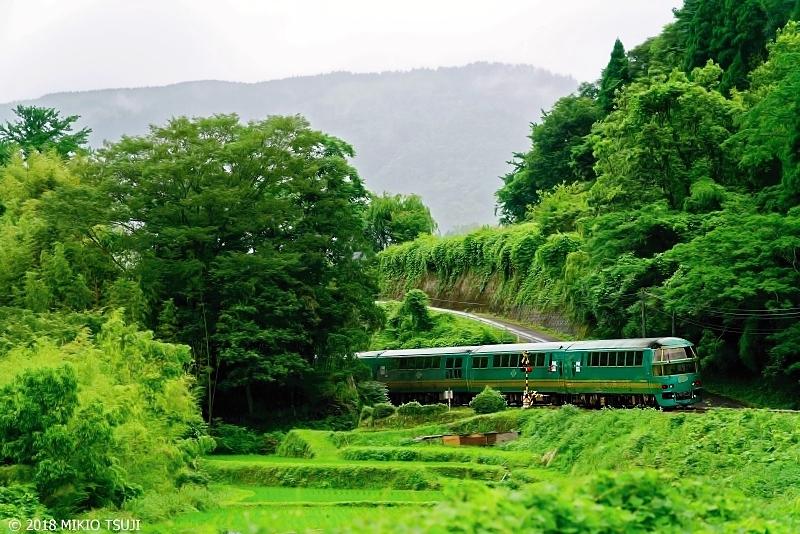 絶景探しの旅 - 0639 梅雨の雨降る山里を走り去る緑の風「ゆふいんの森」  (大分県 由布市)
