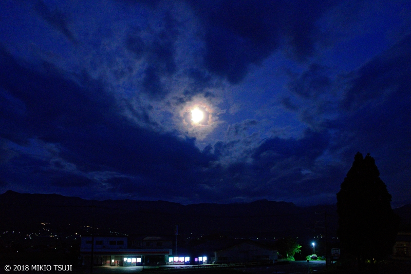 絶景探しの旅 - 0640 空の丸い窓から顔を出す満月 (熊本県 南阿蘇村)