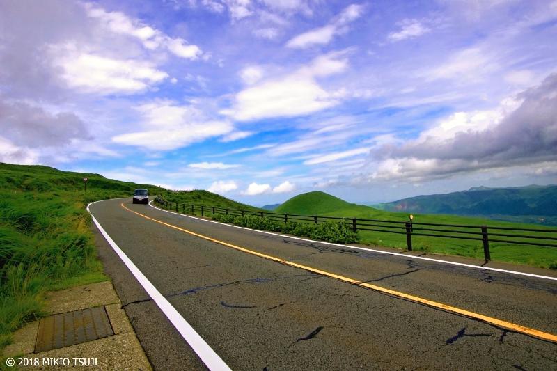 絶景探しの旅 - 0643 夏へと続く道 (米塚/熊本県 阿蘇市)